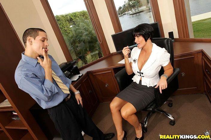 Мужик в презике трахнул секретаршу на стуле - порно фото